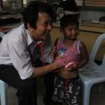 (12 พ.ค. 2558) เจาะเลือดหาสารตะกั่วในเด็ก  ในพื้นที่ชุมชน ใกล้บ่อขยะแพรกษา จ.สมุทรปราการ