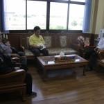(15 พ.ค.2558 เทศบาลตำบลคลองจิก) พบปะพูดคุยเกี่ยวกับความปลอดภัยทางถนน