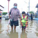 นำเสื้อชูชีพเด็กเล็ก พร้อมสื่อการเรียนรู้เพื่อความปลอดภัยทางน้ำ มอบให้กับนักเรียน ศดพ.เทศบาลตำบลตลาดเกรียบ ( 06 ต.ค.2564 )